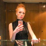 Mit einem dramatischenAugen-Make-up und einem auffälligen Lidstrich zeigt sie sich betont extravagant.