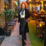 Bauchfrei im Winter? Für Anna Ermakova kein Problem! Sie stylt ihren Crop-Pulli einfach zu einer Highwaist-Jeans und hüllt sich zusätzlichin einen warmen Mantel samt Schal. Auch hier gibt sie beim Posing alles und dreht ihre Hüfte extrem zur Seite.