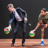 """23. Januar 2020  Da fliegt die royale Krawatte! Bei der Eröffnung der neuen Sport-Ausstellung """"Lasst die Spiele beginnen""""im dänischenHellerup macht auch Prinz Frederik eine ziemlich sportliche Figur."""