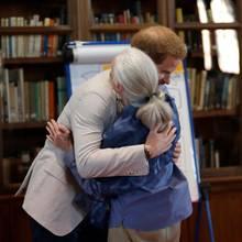 Wie nah sich Harry und Jane Goodall stehen, zeigt nicht nur diese Umarmung. Der Prinz verriet der Wissenschaftlerin auch, was er sich für seinen Sohn Archie wünscht.