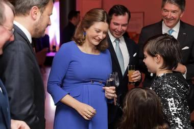 23. Januar 2020  Die Luxemburger feiern ihre schwangereErbgrossherzogin Stéphanie, und sie feiert mit Erbgrossherzog Guillaume das 75. Jubiläum des Oeuvre Nationale de Secours Grande-Duchesse Charlotte, den Nationale Hilfswerken Grossherzogin Charlotte.