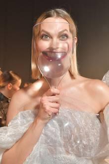 """22. Januar 2020  Gestatten, Grossäh... Kloss. Das 1,85m große Topmodel Karlie Kloss sticht für gewöhnlich aus der Menge hervor. Beider """"Jean Paul Gaultier Show"""" auf der Pariser Modewoche nimmt nun auch ihr bezauberndes Lächeln noch ungeahnte Ausmaße an."""