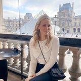 Model und Schauspielerin Molly Sims liebt die französische Hauptstadt. Stilvoll wird das Mittagessen vor der Kulisse desLouvre eingenommen. Wir finden: Très chic!