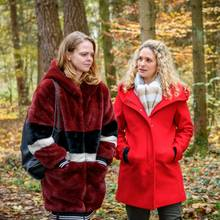 """""""Sturm der Liebe"""": Franzi (Léa Wegmann, r.) erzählt Lucy (Jennifer Siemann, l.) bedrückt, wie der Abend mit Tim verlaufen ist."""