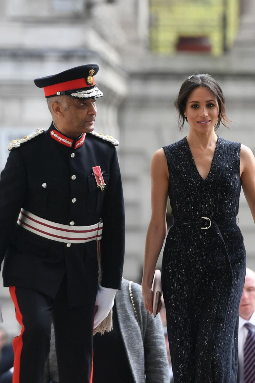 Herzogin Meghan, Prinz Harry und Beamter in Uniform