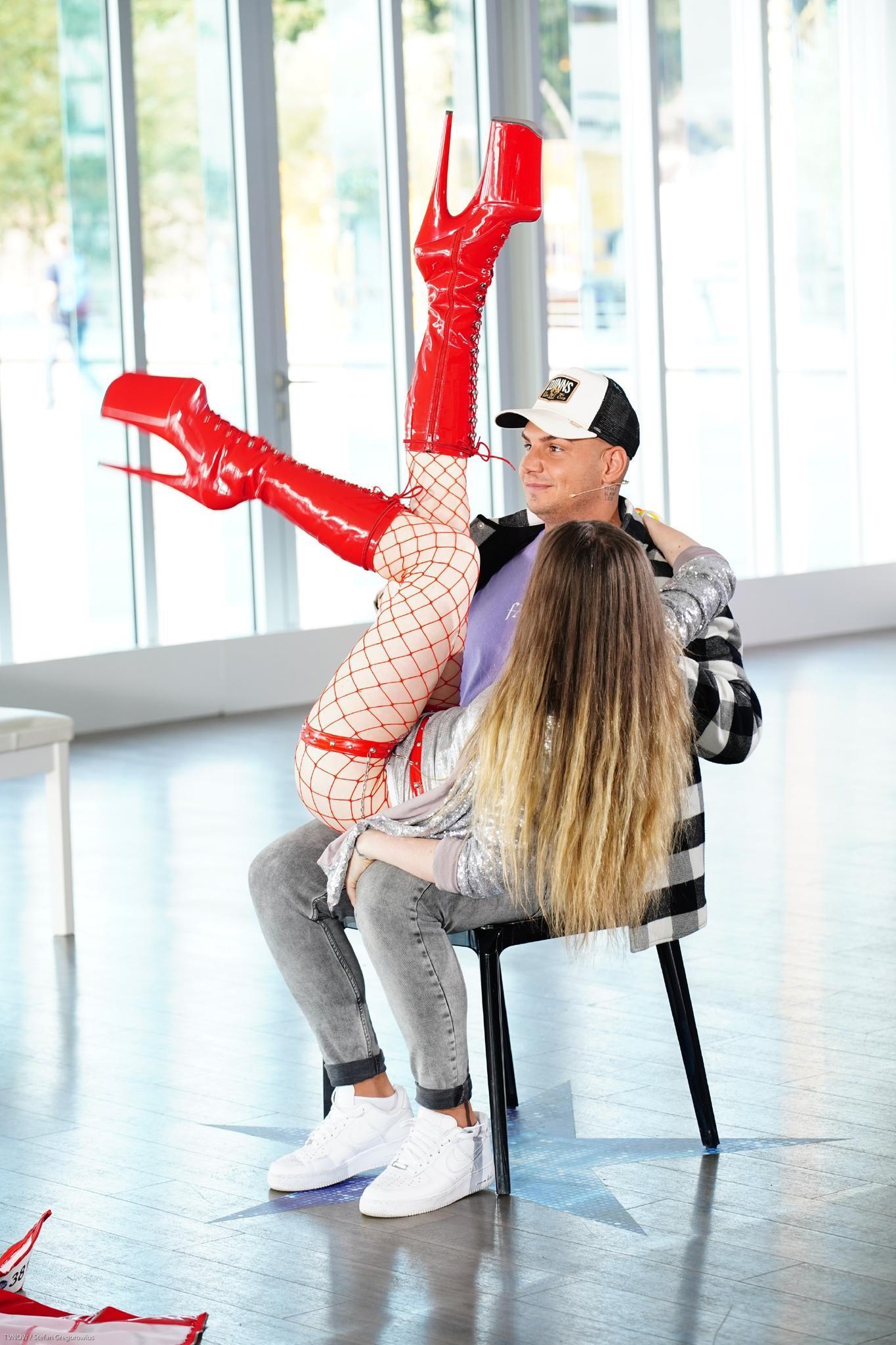 Carina Hollert auf dem Schoß von Pietro Lombardi