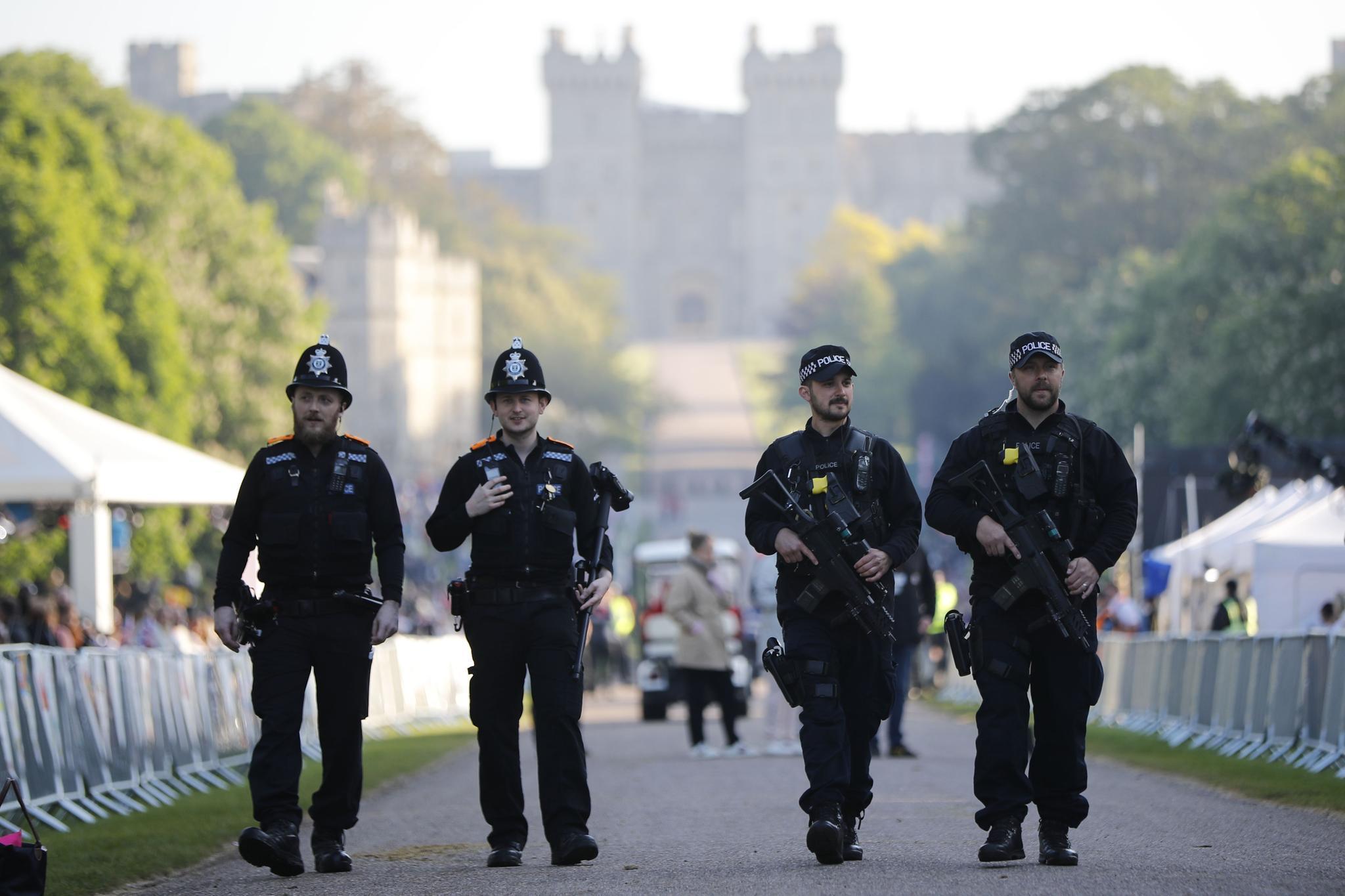 Polizei-Großaufgebot auch bei der Hochzeit von Harry und Meghan. Schwer bewaffnete Sicherheitskräfte patrouillieren durch die Straßen, im Hintergrund thront das Schloss Windsor.