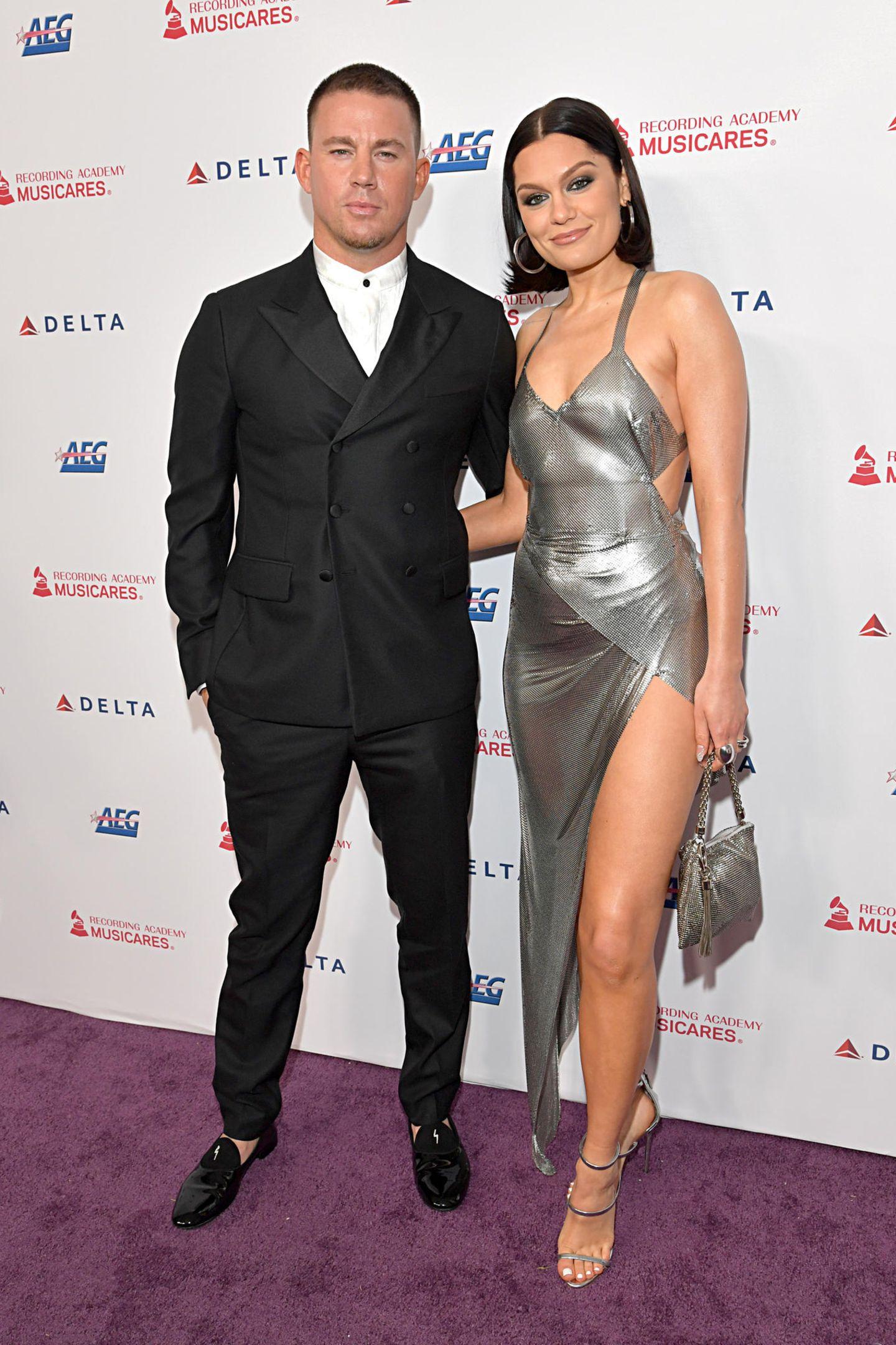 """Bei den """"MusiCares person of the year""""-Awards trägt Jessie J ein aufregendes silberfarbenes Kleid – und das schönste Accessoire hat sie am Arm: Nicht ihre Tasche, sondern Boyfriend Channing Tatum, mit dem sie hier ihren ersten öffentlichen Paar-Auftritt nach der kurzen Beziehungspause hat."""