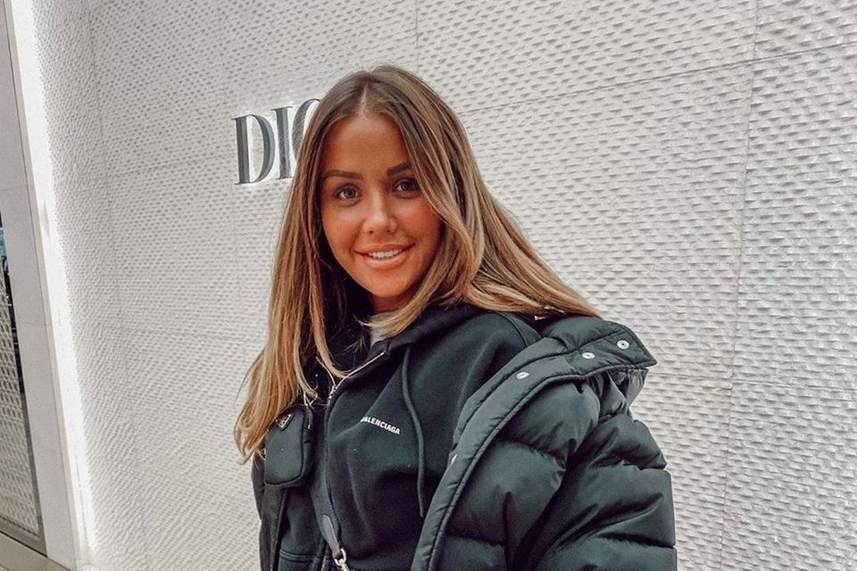 Kim Gloss postet sich beim Shoppen in Berlin, dabei fällt auf: Ihr Teint strahlt in Orange, das Gesicht ist viel dunkler als die Hände.