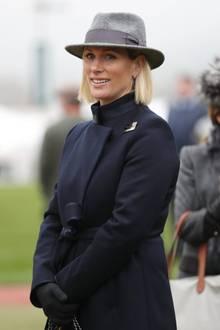 Das Wetter beim Festival Trials Tag auf derCheltenham Rennbahn ist zwar ungemütlich – Zara Tindall macht mit dunklem Mantel, Handschuhen und grauem Hut aber zumindest modetechnischdas Beste draus.