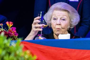 Prinzessin Beatrix trinkt Wein bei einem Springturnier