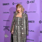 """Im Karo-Komplett-Look präsentiert sich Taylor Swift bei der Netflix-Premiere von """"Miss Americana"""". Sie trägt ein Ensemble von Carmen March und dazu Schmuck des Labels Mateo."""