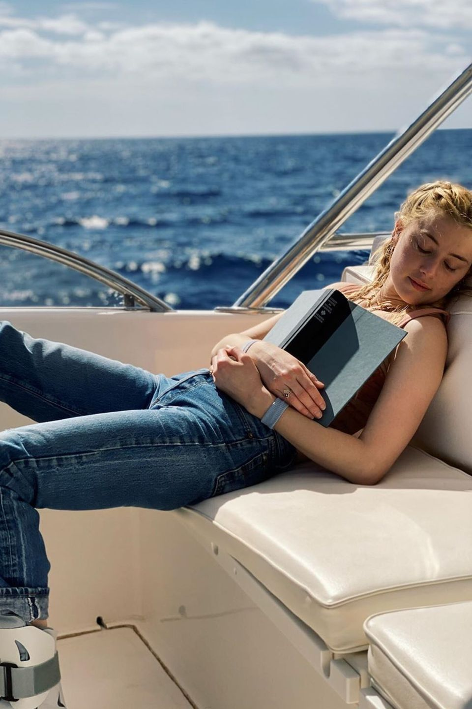 Amber Heard ist beim Lesen eingeschlafen