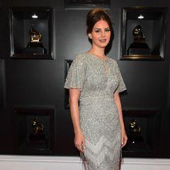 Wie eine graue Maus wirkt Lana Del Rey in diesem Kleid von Aidan Mattox sicherlich nicht. Im Stil der Zwanziger Jahre lässt sie alten Hollywood-Glamour aufleben.