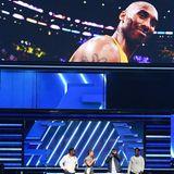 Der Tod von Kobe Bryant wirft einen traurigen Schatten auf den Abend. Zumal das Staples Center, in dem die Grammys stattfinden auch gleichzeitig die Arena der L.A. Lakers ist, für die Basketball-Legende 20 Jahre langgespielt hat.