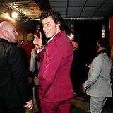 Shawn Mendes hat noch ein Lächeln für den Backstage-Fotografen übrig.