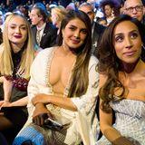 Und ihre FrauenSophie Turner, Priyanka Chopra undDanielle Jonas genießen die Performance von Zuschauerraum aus.