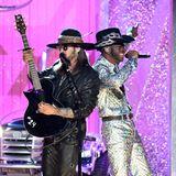 """Billy Ray Cyrus und Lil Nas X performen ihren gemeinsamen Hit """"Old Town Road""""."""