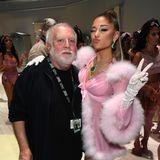 Der Mann, der die Grammys möglich macht: Produzent Ken Ehrlich und Ariana Grande posierengemeinsam im Backstage-Bereich.