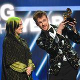"""Billie Eilish und ihr Bruder und ProduzentFinneas O'Connell freuen sich über ihren Grammy für den Besten Song: """"Bad Guy""""."""