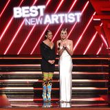 """Alicia Keys und Dua Lipa präsentieren die Kategorie """"Best New Artist"""". DieGewinnerinist Billie Eilish."""