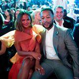 Glamour-Paar in der ersten Reihe: Chrissy Teigen und John Legend haben den besten Blick auf die Bühne.
