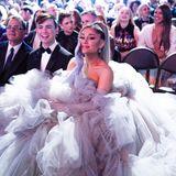 Ariana Grande nimmt mit ihrem Tüll-Traum mindestens drei Sitzplätze ein.