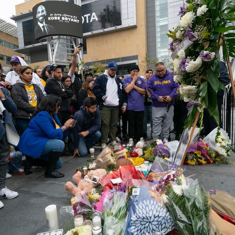 Fans haben vor demStaples Center ein Denkmal errichtet