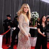 Schwungvoll schwebt Heidi Klum über den roten Teppich der Grammy Awards.