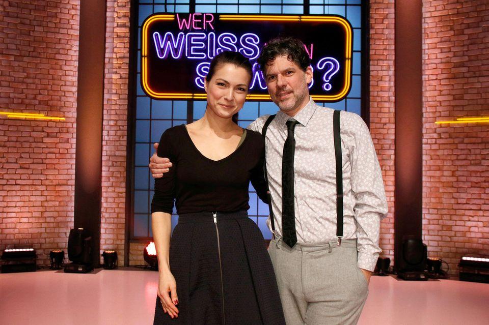 """Treten bei """"Wer weiß denn sowas?"""" als Kandidaten gegeneinander an: Die Schauspielerin Henriette Richter-Röhl (l.) und derSchauspieler Gregory B. Waldis (r.)"""