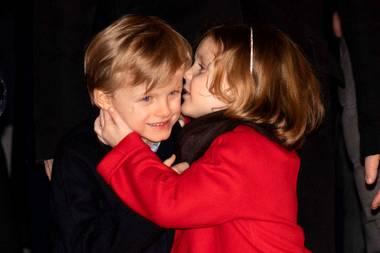 ... Gabriella von Monaco die Mantel-Variante in Rot. Dazu kombiniert die fünfjährige Prinzessin eine schwarze Strumpfhose und ebenfalls schwarze Lack-Ballerina. Die Zwillinge mögen an dem Tag zwar unterschiedlich aussehen, doch diese niedlichen Gesten verraten, wie nah sie sich doch stehen. Sie tuscheln, lachen und ...