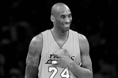 """26. Januar 2020:  Kobe Bryant (41 Jahre)  Der frühere NBA-Superstar verunglücktbei einem Hubschrauber-Absturz in Kalifornien. Seine 13-jährige Tochter kommt bei dem tragischen Unfall ebenfalls ums Leben. Kobe Bryant gehörte zu den größten Sportstars der USA,von 1996 bis 2016 spielte erfür die """"Los Angeles Lakers"""". 2018 gewann Bryant einen Oscar für den Kurzfilm """"Dear Basketball"""". Dieses Jahr würde er in die """"Basketball Hall of Fame"""" eingeführt werden."""