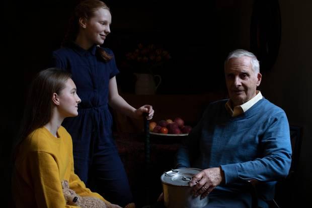 Holocaust-Überlebender Steven Frank und seine Enkelinnen Maggie und Trixie. Das Foto wurde von der Herzogin von Cambridge anlässlich des 75. Gedenktages an die Befreiung des Konzentrationslagers Auschwitz-Birkenau aufgenommen. Es ist eine Zusammenarbeit zwischen dem Holocaust Memorial Day Trust, der Royal Photographic Society und Jewish News.