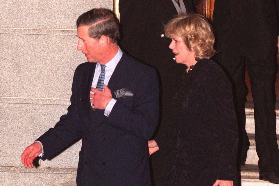 """Die Fotos vor dem Hotel Ritzwaren der erste, wichtige Schritt in der Mission """"Mrs. PB"""" - deröffentlichen Etablierung von Camilla Parker Bowles als Frau an der Seite von Prinz Charles."""