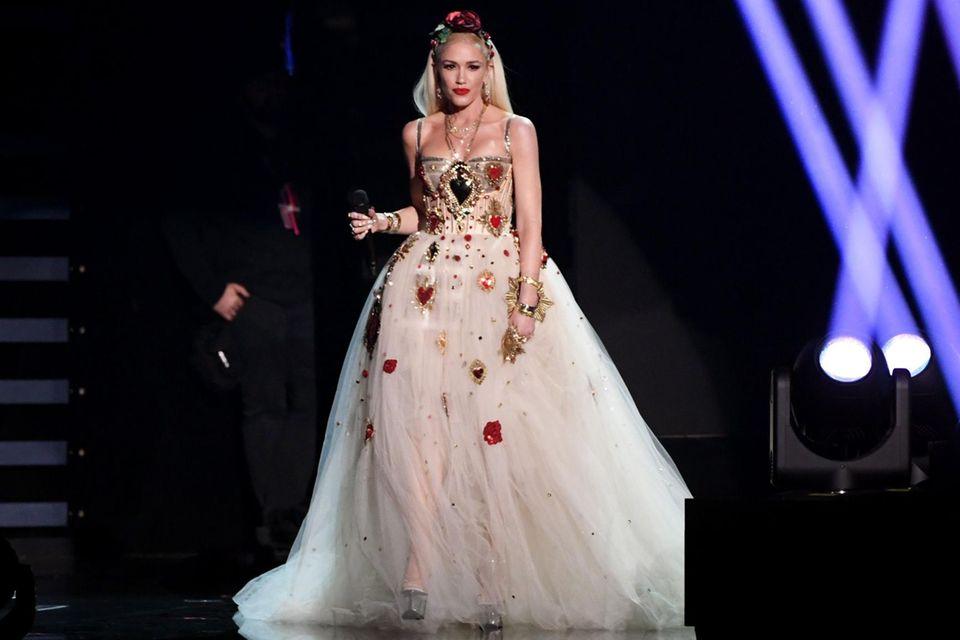 Auch bei ihrem Auftritt bei den Grammys schwebt Gwen Stefani in Dolce & Gabbana als Braut über die Bühne