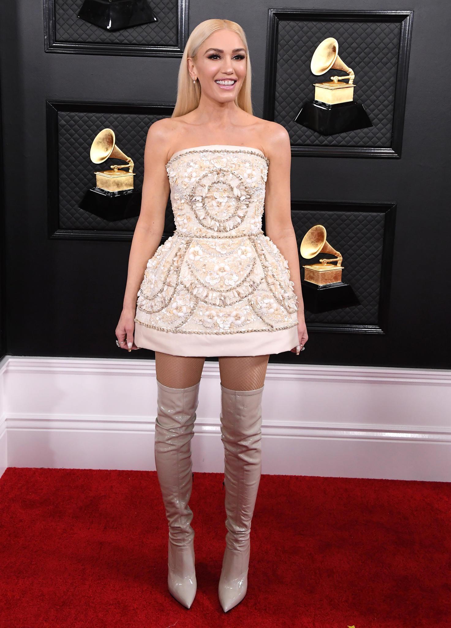 Gwen Stefani im kurzen maßgeschneiderten Dolce & Gabbana Kleid bei den Grammys