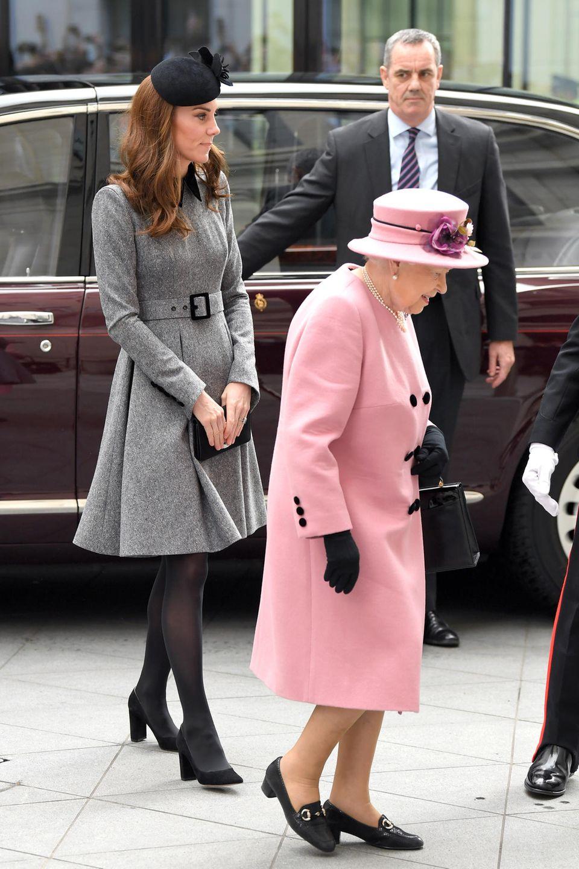... als sie im März 2019das Bush House, die neueste Bildungs- und Lerneinrichtung am King's College, eröffnete. Auch hier kombiniert Kate das wunderschöne Mantelkleid mit schwarzen Accessoires und dunkler Strumpfhose.