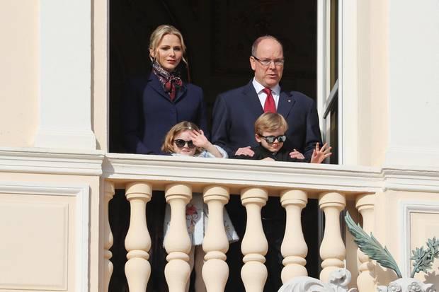 27. Januar 2020  Schon am Vorabend fanden Feierlichkeiten zu Ehren des Schutzheiligen der Grimaldi-Familie Saint Devote statt. Und am Tag drauf erfreuen Charlène, Albert und die Zwillinge ihre Monegassen mit einem Auftritt auf dem Balkon des Fürstenpalastes.
