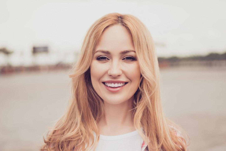 Falten, junge Frau, strahlend schönes Lächeln