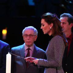 """Kate entzündet in Gedenken an die Opfer des Holocaust eine Kerze. """"Die entsetzlichen Gräueltaten des Holocaust, die durch das undenkbarste Übel verursacht wurden, werden für immer schwer auf unseren Herzen lasten"""", sagte sie in einem Statement für den Holocaust Memorial Day Trust."""