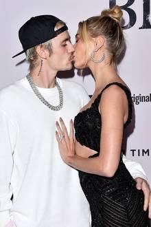 """Superstar Justin Bieber präsentiert in Los Angeles seine neueYouTube-Doku """"Justin Bieber: Seasons"""". Dafür gibt es auch einen dicken Kuss von Ehefrau Hailey."""