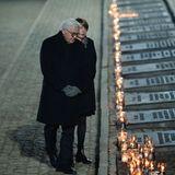 """Frank-Walter Steinmeier und EhefrauFrau Elke Büdenbender sind für Deutschland nach Polen gereist. Es ist das erste Mal, dass der 64-jährige Bundespräsident Auschwitz besucht. Am Tag zuvor war er durch das Tor mit der Aufschrift """"Arbeit macht frei"""" gegangen.""""Auschwitz ist ein Ort des Grauens und ein Ort deutscher Schuld"""", schrieb er ins Gästebuch."""
