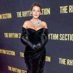 """Im Oktober 2019 geben Blake Lively und ihr Mann Ryan Reynolds bekannt, dass sie zum dritten Mal Eltern geworden sind. Nun zeigt sich die ehemalige """"Gossip Girl""""-Darstellerin das erste Mal nach der Geburt auf dem Red-Carpet. Blake strahlt in einem sexy Samt-Kleid mit Herz-Dekolleté und Off-Shoulder-Schnitt. Schwarze Leder-Handschuhe und ein opulentes Collier aus Strasssteinen und Perlen runden ihren eleganten Look ab."""