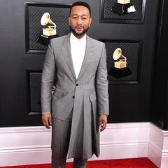 Auch bei den Herren scheint der Grau-Trend angekommen zu sein. John Legend kam zu den Grammysim asymmetrischen Smoking, der links in einem Schößchen endet.