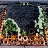 """""""Dieser Ort sei allezeit ein Aufschrei der Verzweiflung und Mahnung an die Menschheit. Hier ermordeten die Nazis etwa anderthalb Millionen Männer, Frauen und Kinder. Die meisten waren Juden aus verschiedenen Ländern Europas"""", lauten die Worte auf einem Denkmal, die versuchen, das Unfassbare in Worte zu kleiden."""