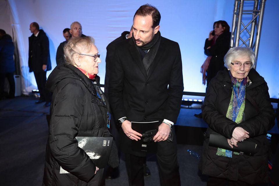 Prinz Haakon im Gespräch mit Edith Notowics und Chana Arberman, zwei Besucherinnen des Festaktes. Der künftige König Norwegens ist ohne seine Ehefrau Mette-Marit nach Polen gekommen.