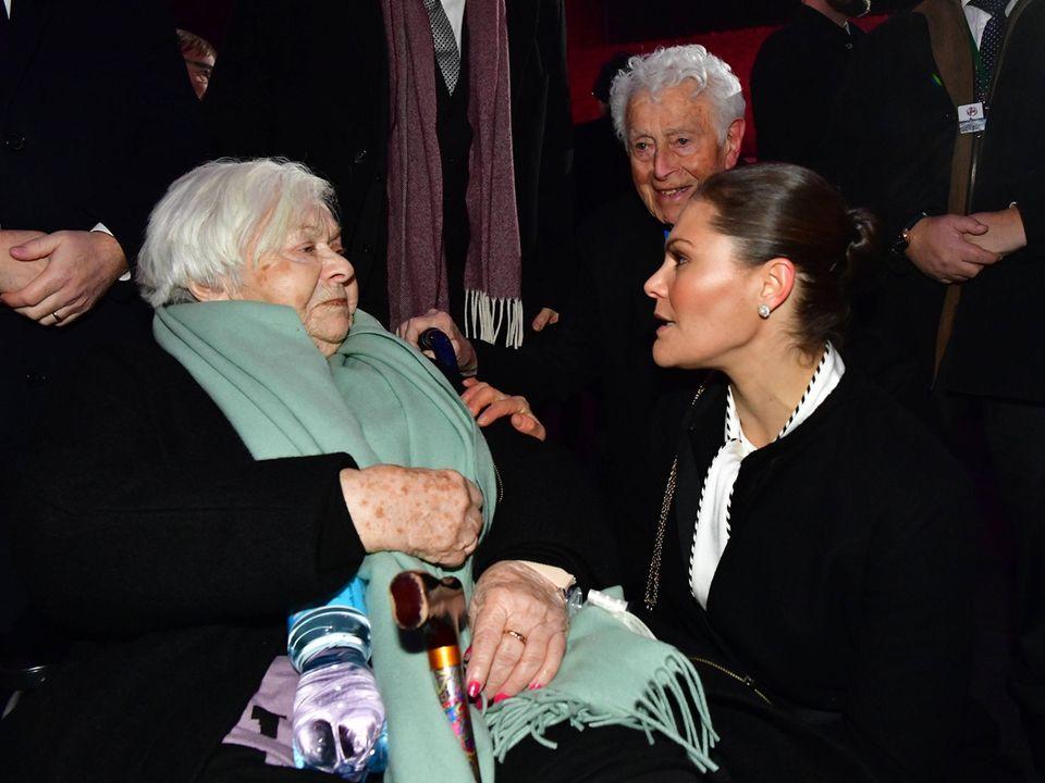 Prinzessin Victoria nutzt die Gelegenheit, um mit der 92-jährigen Holocaust-ÜberlebendenEster-Dyna Rytz zu sprechen. Nur etwa 7.000 Menschen haben Auschwitz überlebt.