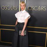 Auch Charlize Theron trägt Bluse, allerdings kurzärmlig. Dazu kombiniert sie Culotte-Hose, Pumps und Clutch.