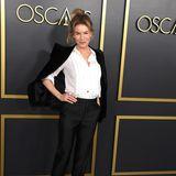 Renee Zellweger hat beim Oscar's Luncheon der Nominierten quasi ihr bestes Bewerbungsoutfit rausgesucht: Blazer, weiße Bluse, schmale Hose. Einzig die Pumps versprühen etwas Glamour.