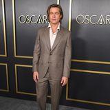 Schmal geschnittener Anzug in Grau-Beige, lässiges Hemd: Brad Pitt macht alles richtig.